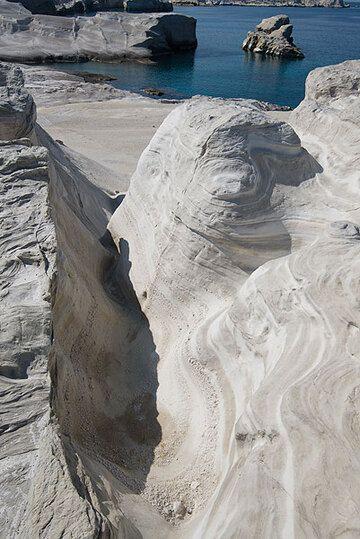 Gullied ash layers at Sarakiniko (Photo: Tom Pfeiffer)