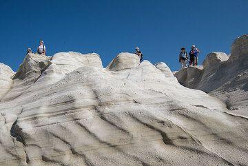 Descending to the Sarakiniko bay (Photo: Tom Pfeiffer)