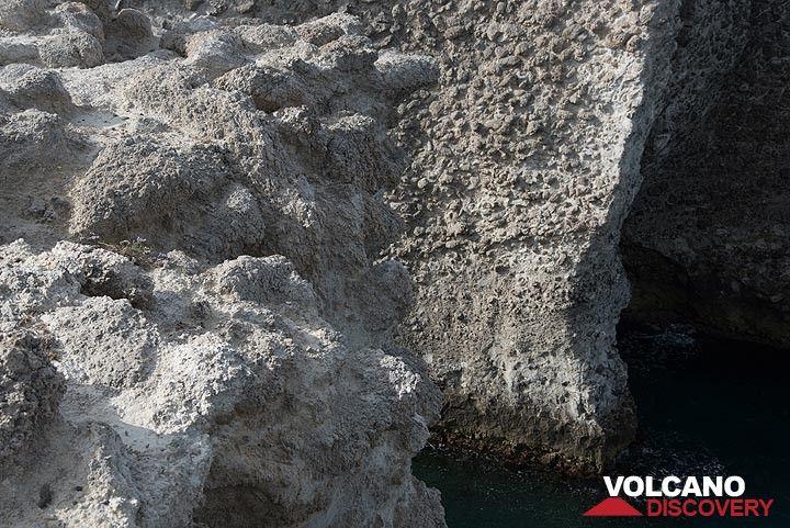 Pumice breccia forming the cliffs (Photo: Tom Pfeiffer)