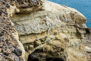 Submarine tuff layers, some of which show impressive slumping structures, evidence of wet conditions during tectonic uplift. (Photo: Tom Pfeiffer)