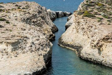 Narrow winding channel carved out by sea erosion (Photo: Tom Pfeiffer)