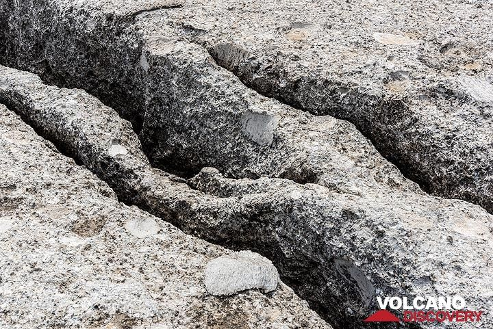 Small erosion channels forming along lines of weakness in the pumice breccia (Photo: Tom Pfeiffer)