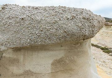 Pumice layer sitting on top of sandstone (Photo: Tom Pfeiffer)