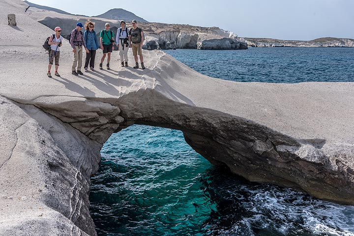 Group picture on a sea arch. (Photo: Tom Pfeiffer)