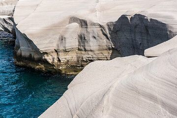 Sea cliff near Sarakiniko (Photo: Tom Pfeiffer)