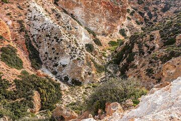 Reddish and white rocks dominate the mountains of the eastern part of the island, here at Paleorema valley. (Photo: Tom Pfeiffer)