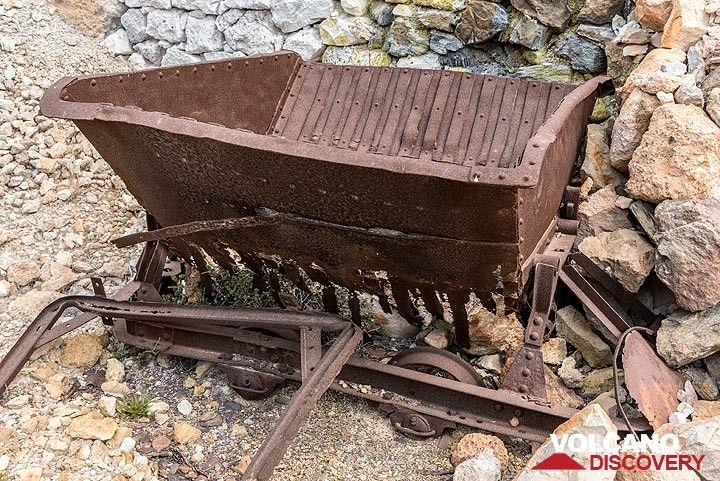 Rusting mine cart (Photo: Tom Pfeiffer)