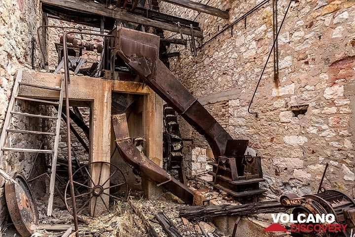 Sieving (?) machinery and vertical elevator in the lower middle section of the processing plant, probably used during an intermediate stage of mine operation. (Photo: Tom Pfeiffer)