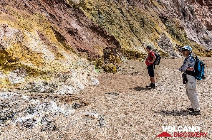 Fumarolic altered rocks at the beach of Paleochori. (Photo: Tom Pfeiffer)