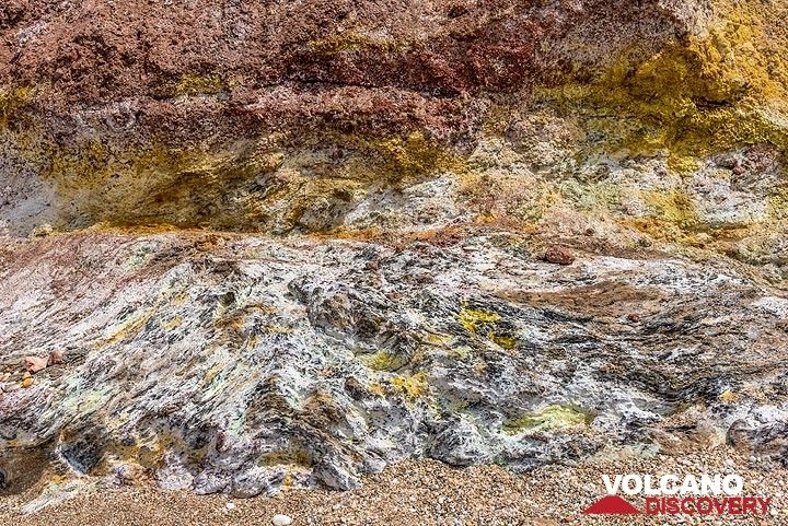 Altered contact between chemically eroded shists, part of the non-volcanic basement and overlying breccia. (Photo: Tom Pfeiffer)