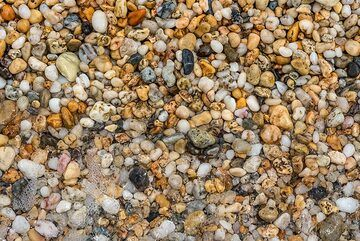 Coarse-grained sand and small pebbles close-up (Photo: Tom Pfeiffer)
