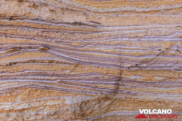 Beautiful hydrothermal alteration has left its drawings here. (Photo: Tom Pfeiffer)