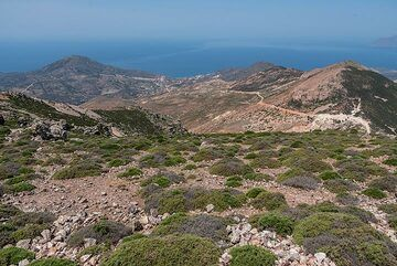 View from the summit towards the western part of Milos, where there are no villages and almost no roads. (Photo: Tom Pfeiffer)