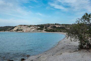 And the white-sand beach of the same name (Achivadolimni). (Photo: Tom Pfeiffer)