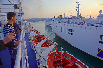 """Eine schöne Art der Anreise ist das kretische Schiff """"Kornaros"""", das einige Male in der Woche abends von Pireus nach Milos fährt und nur etwa 5 Stunden dafür braucht. (Photo: Tom Pfeiffer)"""