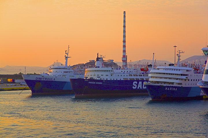 Ferries in Pireus harbour at sunset (Photo: Tom Pfeiffer)