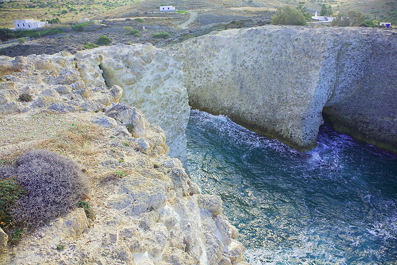 White pumice and ash flow deposits form spectacular coastal cliffs near Firiplaka, north of Sarakinikos. (Photo: Tom Pfeiffer)