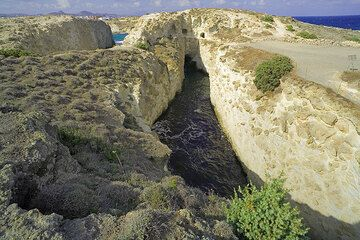 Tunnels and canyons cut by wave erosion into the pumice and ash deposit near Filakopi (Photo: Tom Pfeiffer)