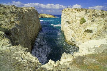 10 meter deep canyon at the coast. (Photo: Tom Pfeiffer)