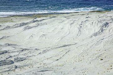 White layered ash deposits at Sarakiniko (Photo: Tom Pfeiffer)