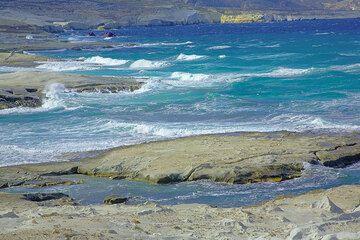 Flat dented coastline at Sarakiniko (Photo: Tom Pfeiffer)