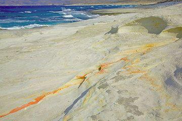 Yellow bentonite veins inside the ash deposit of Sarakiniko (Photo: Tom Pfeiffer)