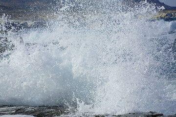 Spray from a breaking wave pounding at the shore of Sarakiniko (Photo: Tom Pfeiffer)