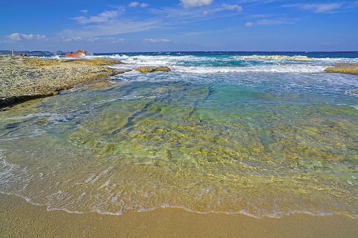 Shallow bay and golden beach (Photo: Tom Pfeiffer)