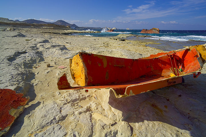 Small and large shipwreck (Photo: Tom Pfeiffer)