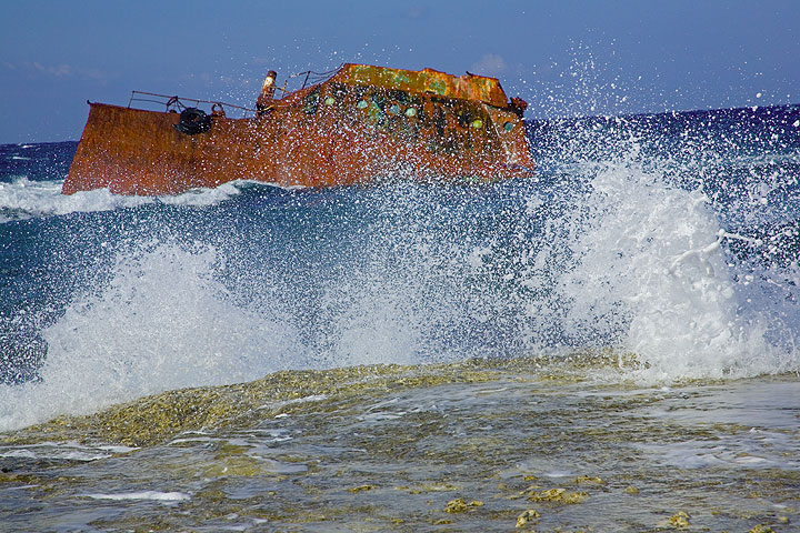 Spray of breaking surf and shipwreck (Photo: Tom Pfeiffer)