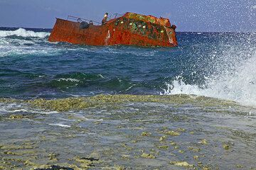 Shipwreck and a breaking wave (Photo: Tom Pfeiffer)