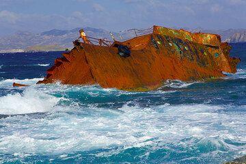 Close-up of the shipwreck at Sarakiniko (Photo: Tom Pfeiffer)