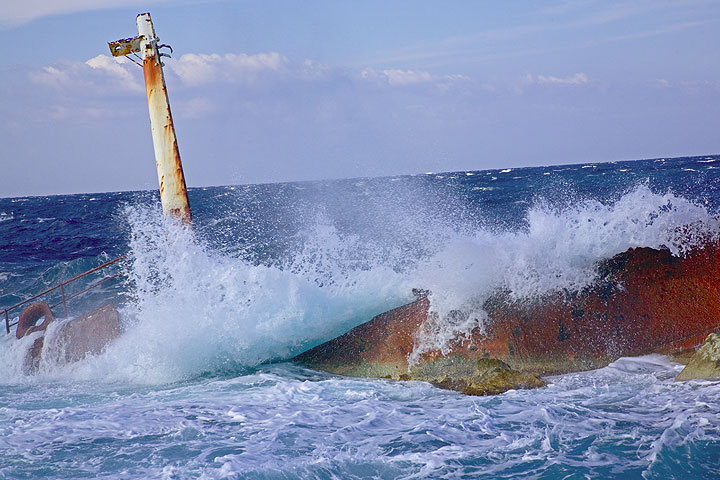 Waves crashing over the hull of the shipwreck (Photo: Tom Pfeiffer)