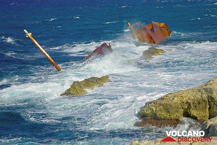Shipwreck (Photo: Tom Pfeiffer)