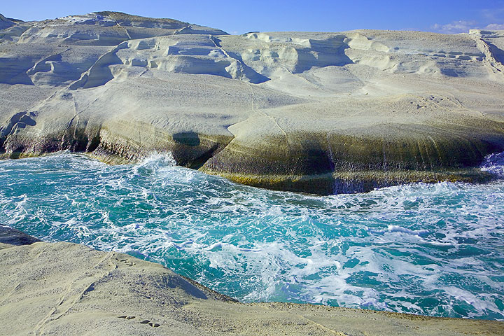 Sarakiniko bay and whilte polished rock rufaces (Photo: Tom Pfeiffer)