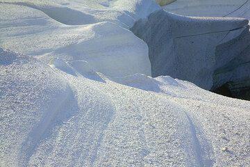Weiche Kurven und Formen im weißen Fels (Photo: Tom Pfeiffer)