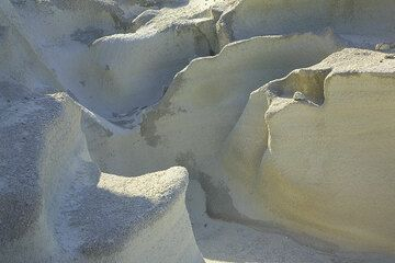 Smooth, rounded erosion shapes in the white ash deposits (Photo: Tom Pfeiffer)