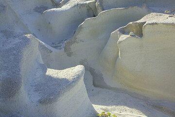 Smooth erosion structures in the white ash layers at Sarakiniko (Photo: Tom Pfeiffer)