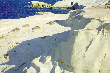 Coastline of Sarakiniko (Photo: Tom Pfeiffer)