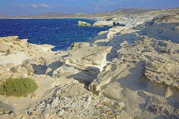 Eroded white ash deposit at the coast of Sarakiniko (Photo: Tom Pfeiffer)
