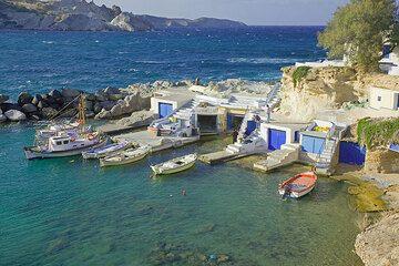 The little boat harbour at Mandrakia (Photo: Tom Pfeiffer)