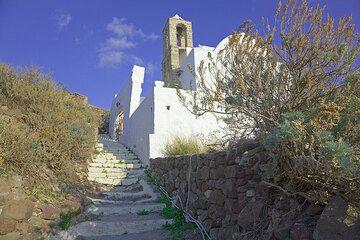 Church at the castro of Plaka (Photo: Tom Pfeiffer)