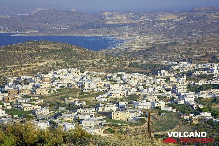 View over the villages Plakies and onto the Sarakiniko shoreline (Photo: Tom Pfeiffer)