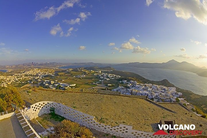 Panoramic view from the castle over Plaka village and the Bay of Milos. (Photo: Tom Pfeiffer)