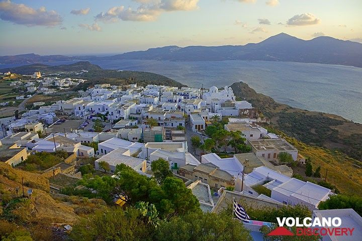 Plaka village and the Bay of Milos in the background (Photo: Tom Pfeiffer)