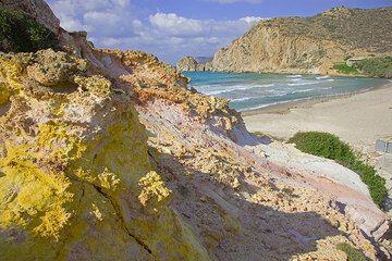 Colorful, hydrothermally altered rocks near Platanos beach (Photo: Tom Pfeiffer)