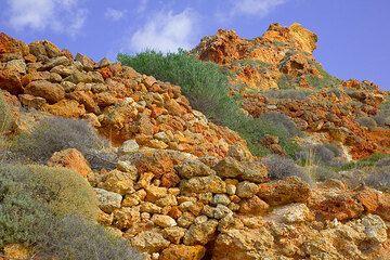 Red altered lava rocks (Photo: Tom Pfeiffer)