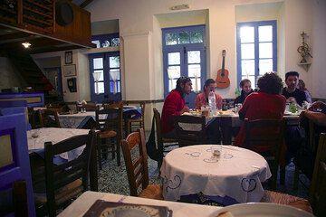 Inside an excellent tavern in Plaka (Photo: Tom Pfeiffer)