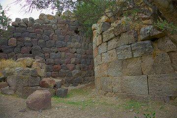 Ancient stone walls  (Photo: Tom Pfeiffer)