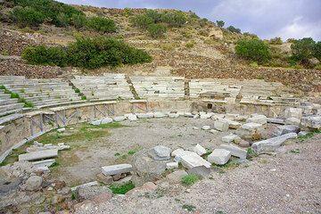Das antike griechische Theater bei Plaka (Photo: Tom Pfeiffer)